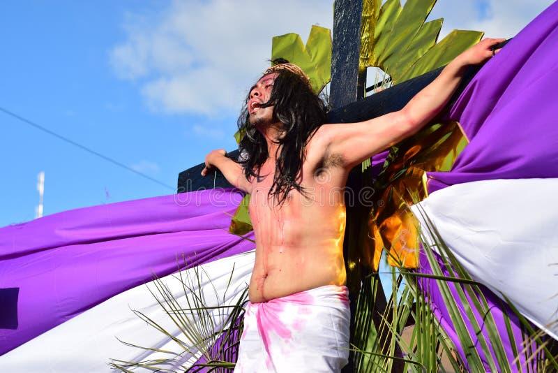 Niezidentyfikowany mężczyzna bawić się rola, publicznie ponownego - odgrywający na ulicie jezus chrystus ` s krzyżowanie obraz stock