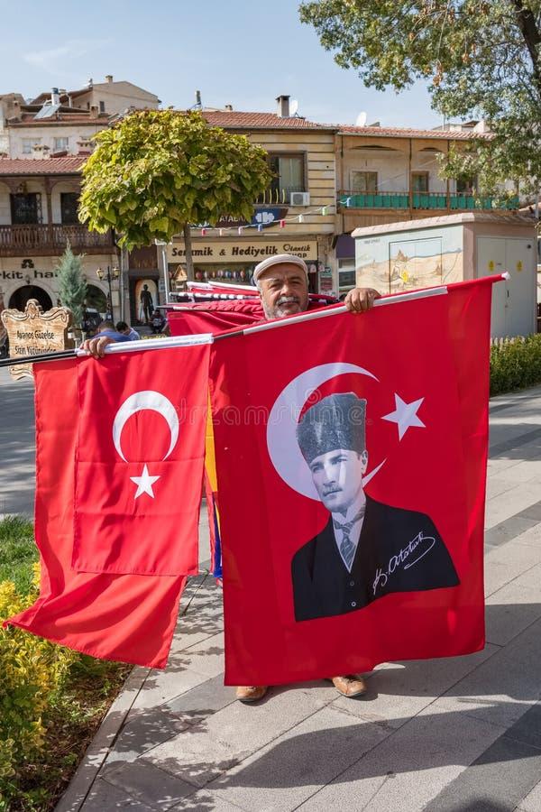 Niezidentyfikowany mężczyzna sprzedaje tureckie flagi państowowe i flagi z portretem Ataturk, założyciel Turecka republika na, obrazy stock