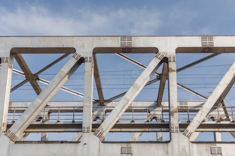 Niezidentyfikowany metro pociągu żelaza most z zygzag wykłada budującego usi obrazy royalty free