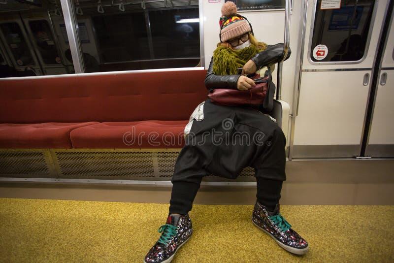 Niezidentyfikowany moda mężczyzna dosypianie w Tokio metrze zdjęcie royalty free