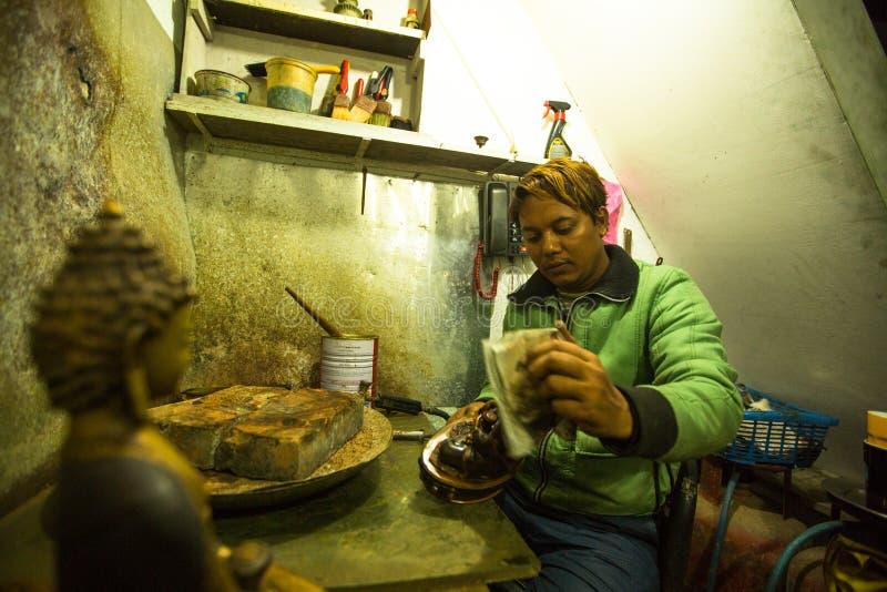 Niezidentyfikowany Nepalski tinman pracuje w jego warsztacie obrazy stock