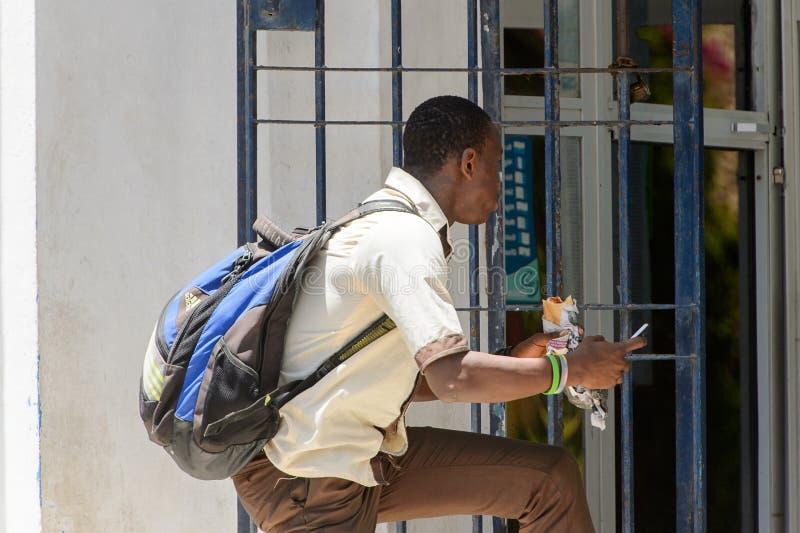 Niezidentyfikowany Senegalski mężczyzna je fast food w centre Sai zdjęcia royalty free