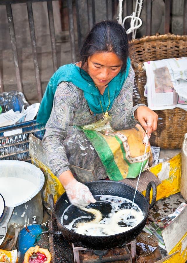 Niezidentyfikowany sprzedawca sprzedawał tradycyjnego jedzenie przy Kathmandu ulicą wewnątrz zdjęcie royalty free