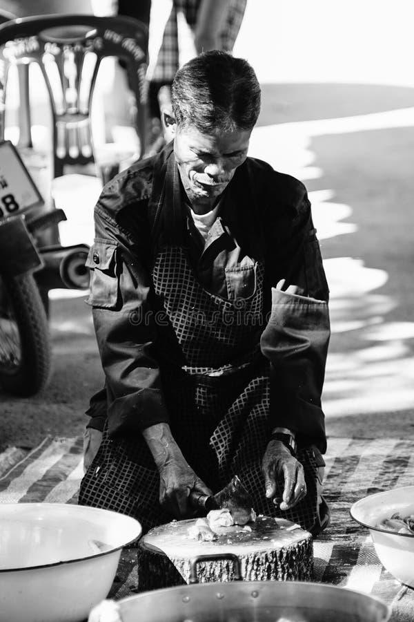 Niezidentyfikowany stary człowiek patroszyje rybiego przygotowywającego bubel w tajlandzkiej tradycyjnej targowej chiangmai prowi fotografia stock