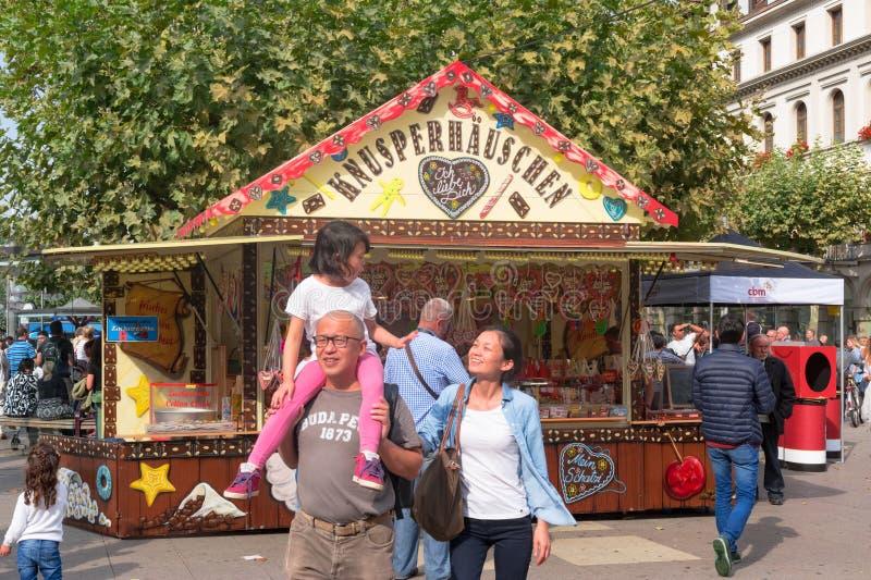Niezidentyfikowany szczęśliwy rodzinny odprowadzenie przed uczciwym kramem w zwyczajnej strefie stary miasteczko Heidelberg HEIDE obraz royalty free