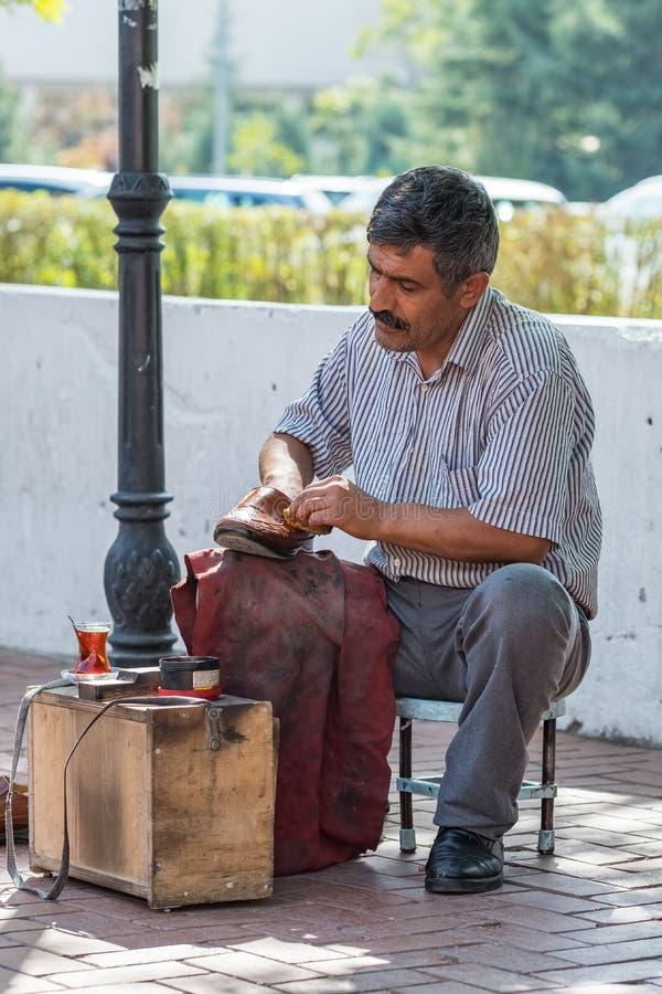 Niezidentyfikowany turecki obuwiany shiner na ulicie Ankara, Turcja zdjęcie royalty free
