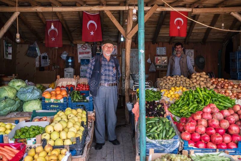 Niezidentyfikowany turecki sprzedawcy sprzedawania owoc i warzywo w jego sklepie w Konya mieście zdjęcia royalty free