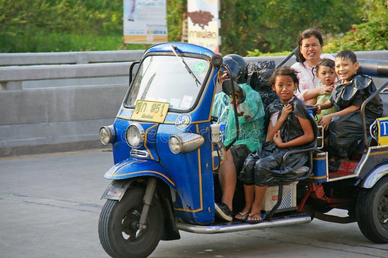 Niezidentyfikowany turysta z tradycyjnym tuk-tuk w Tajlandia obrazy royalty free