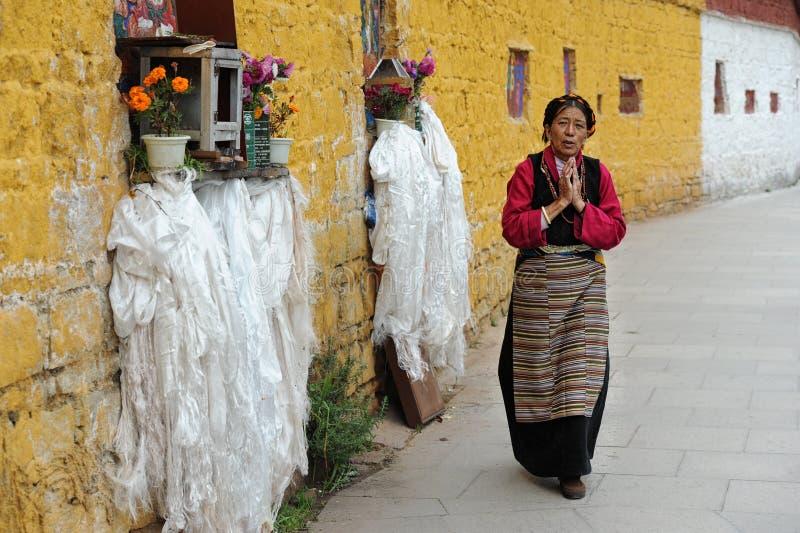 Niezidentyfikowany Tybetański pielgrzym okrąża Potala pałac obraz royalty free