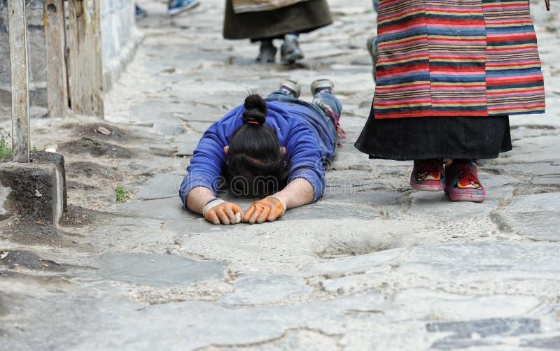 Niezidentyfikowany Tybetański pielgrzym okrąża Potala pałac fotografia royalty free