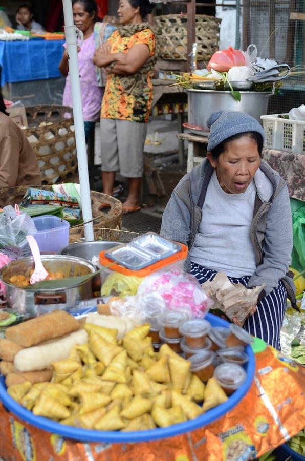 Niezidentyfikowanych balijczyk kobiety bubli świeży lokalny produkt spożywczy przy jej kramem obraz royalty free