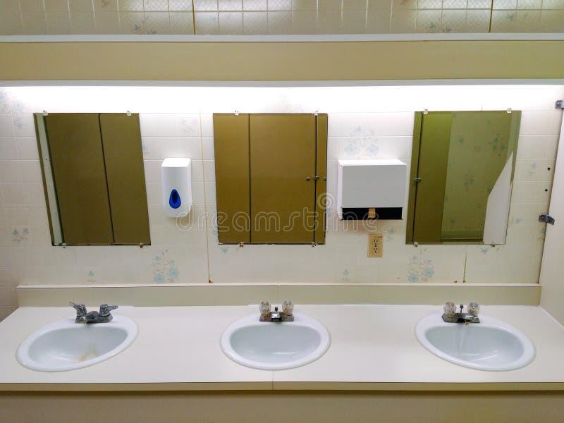 Nieznacznie grungy jawny washroom rząd zlew obraz stock