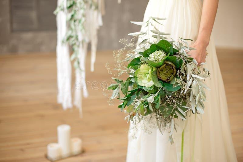 Nieznacznie rozkudłany świeży, powiewny bridal bukiet z i grinn, zdjęcie stock