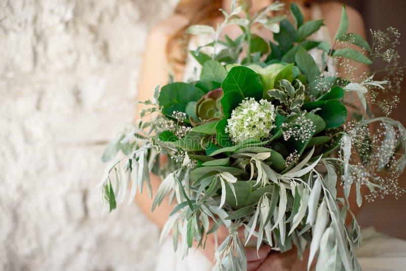 Nieznacznie rozkudłany świeży, powiewny bridal bukiet z i grinn, obrazy royalty free