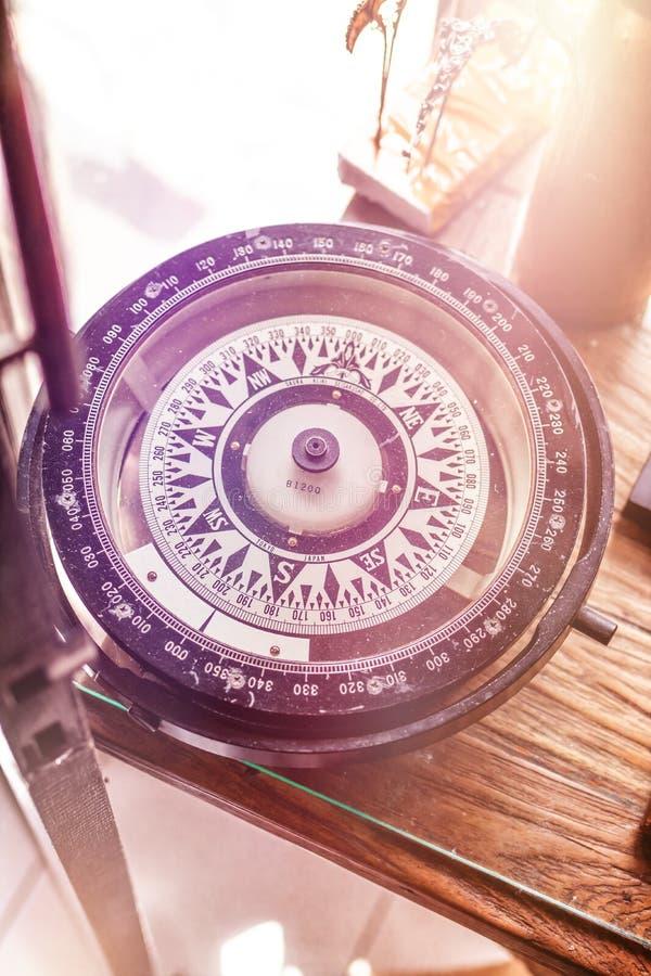 Nieznacznie uproszczony wizerunek rocznika barometr pokazuje podeszczowego prognozy sztuki sklep na Bali wyspie fotografia stock