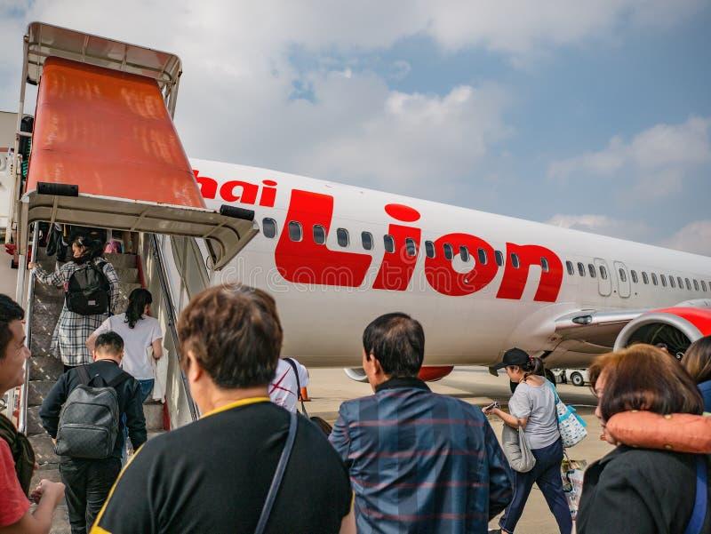 Nieznajomi Tajacy i turyści Podróżują tajlandzką linią lotniczą w mieście Bangkok, Tajlandia, na lotnisku Internationale D obraz stock