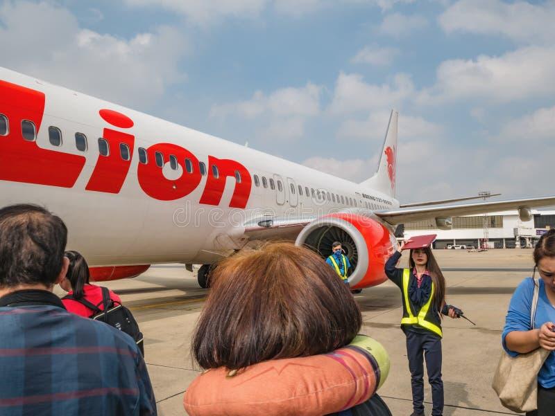 Nieznajomi Tajacy i turyści Podróżują tajlandzką linią lotniczą w mieście Bangkok, Tajlandia, na lotnisku Internationale D fotografia royalty free