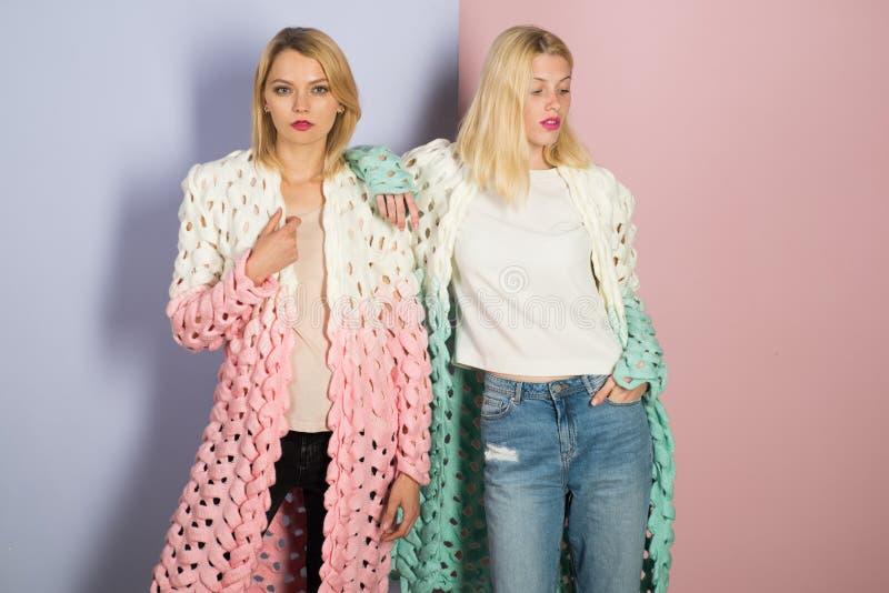 Niezobowiązująco piękny zmysłowe kobiety Seksownego kobiety noszą modni ubrania Moda modele z eleganckim makeup i blondynami obraz stock