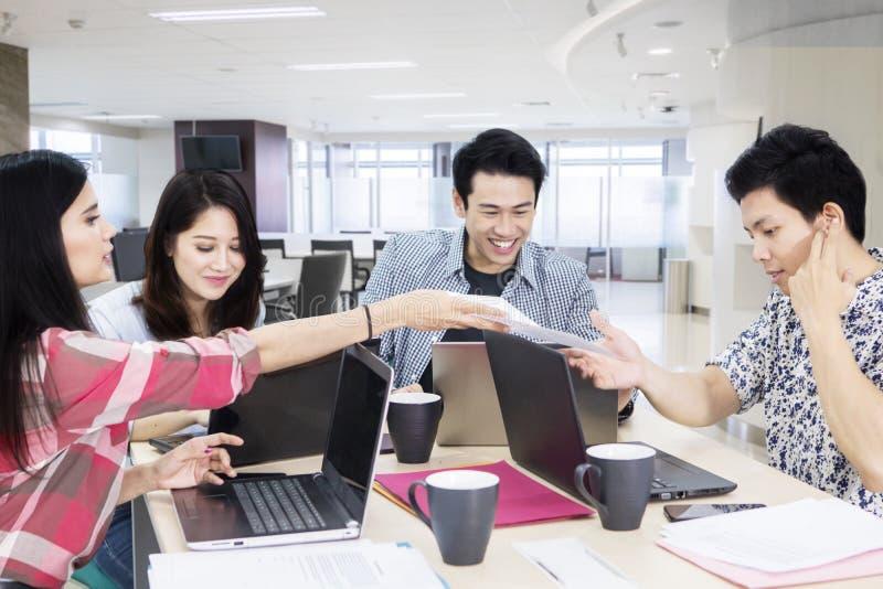 Niezobowiązująco ubierający ludzie biznesu pracy w biurze obrazy stock