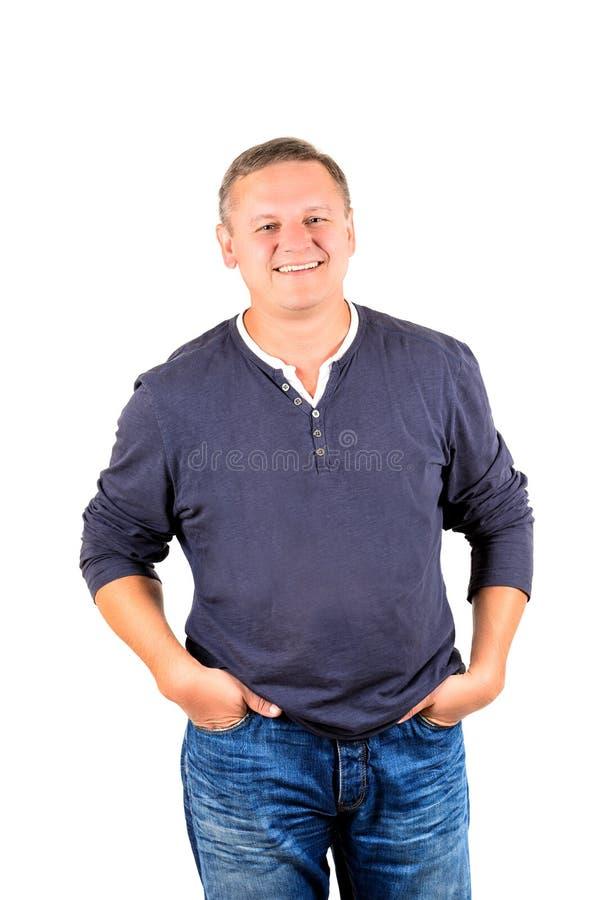 Niezobowiązująco ubierający w średnim wieku mężczyzna w błękicie zdjęcie stock
