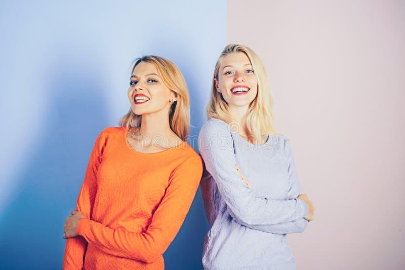 Niezobowiązująco wspaniały Moda modele z eleganckim makeup i blondynem zmysłowe kobiety Seksownego kobiety noszą modni ubrania obraz stock