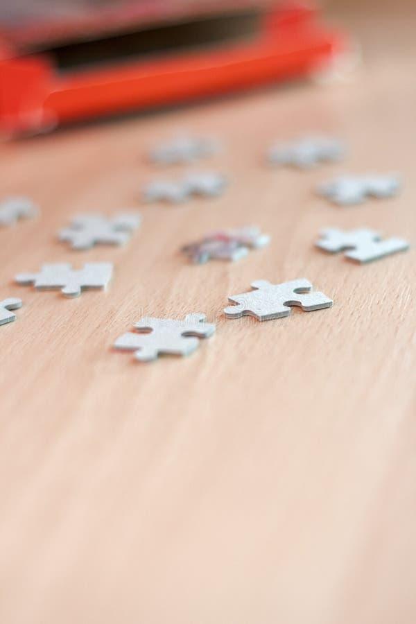 Niezupełne łamigłówki na drewnianym stole zdjęcia royalty free
