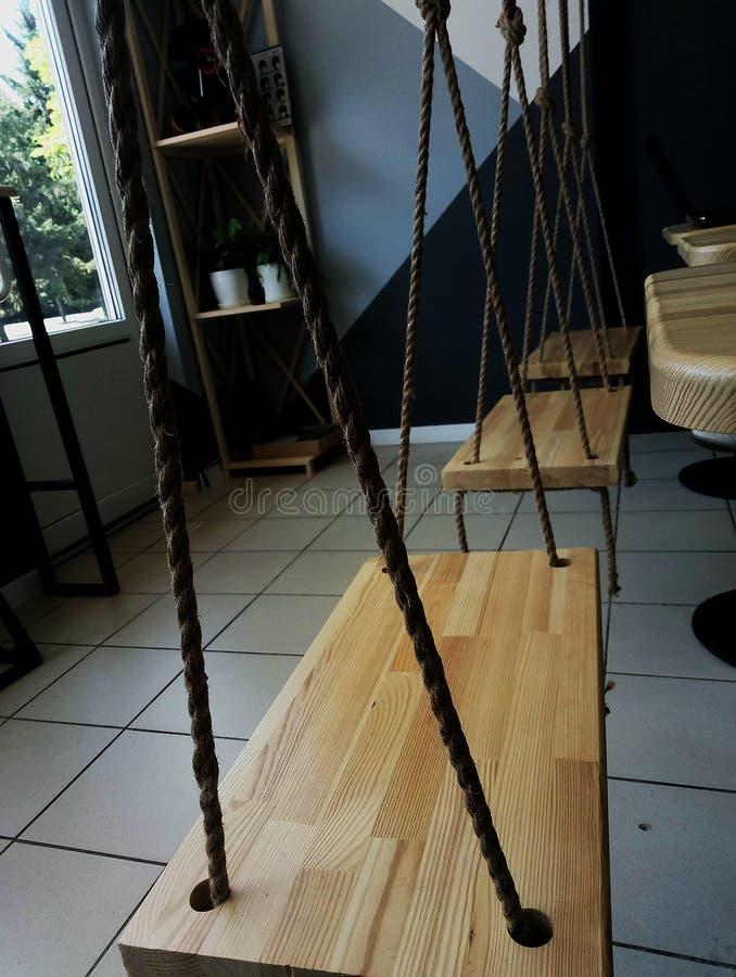 Niezwykła kawiarnia z huśtawką robić arkana i drewno fotografia stock