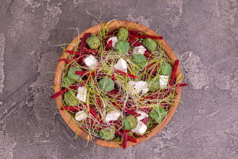 Niezwykła sałatka z beetroot, feta serem, leek flancami i sezamem, fotografia stock