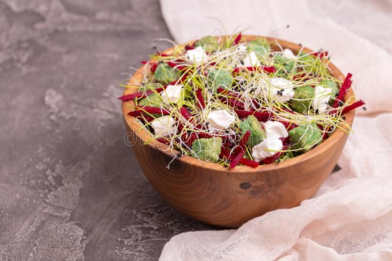 Niezwykła sałatka z beetroot, feta serem, leek flancami i sezamem, fotografia royalty free