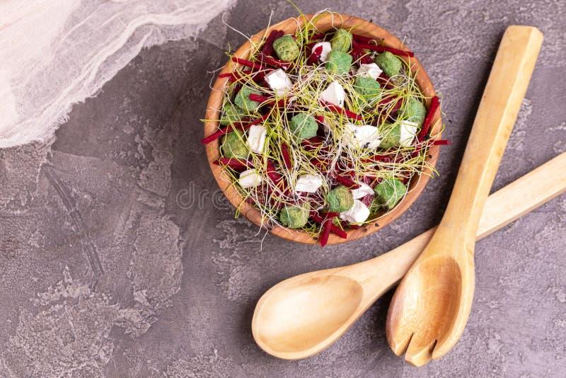 Niezwykła sałatka z beetroot, feta serem, leek flancami i sezamem, obrazy stock