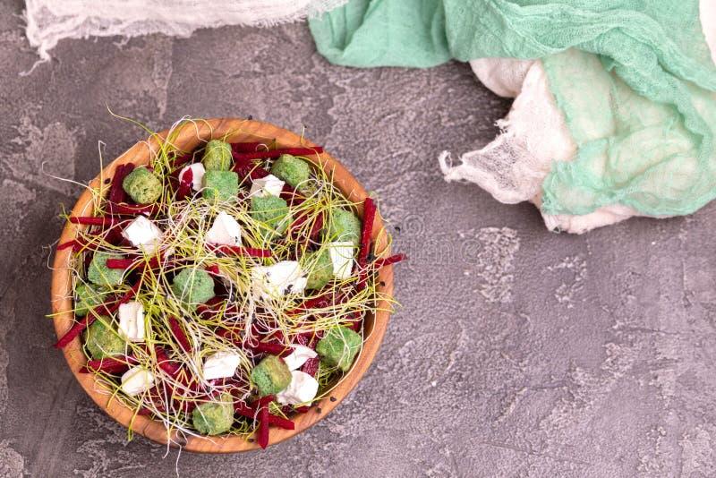 Niezwykła sałatka z beetroot, feta serem, leek flancami i sezamem, obraz stock