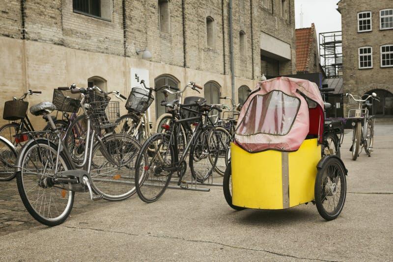 Niezwykły żółty bicykl zdjęcia stock