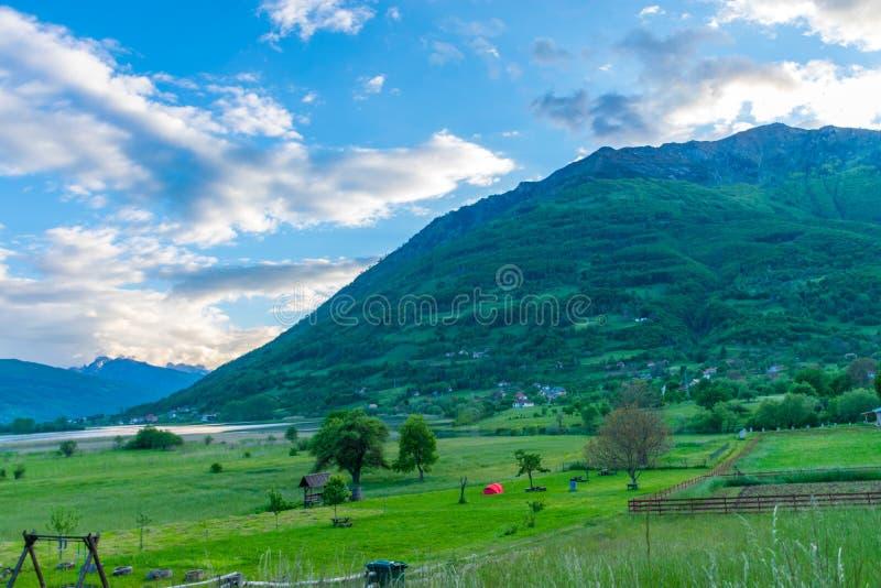 Niezwykły jeziorny Plav wśród malowniczych halnych szczytów obraz royalty free