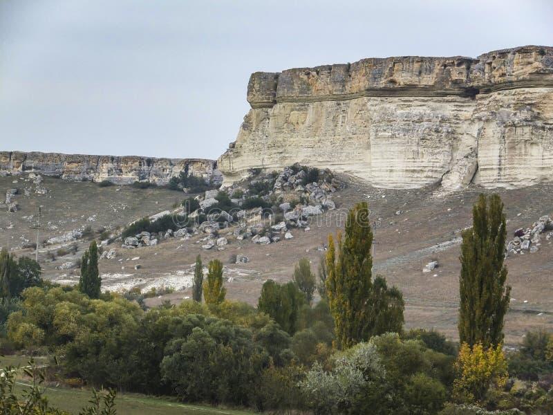 Niezwykły krajobraz z zieloną łąką i drzewa przeciw tłu sławny widok Crimea fotografia royalty free