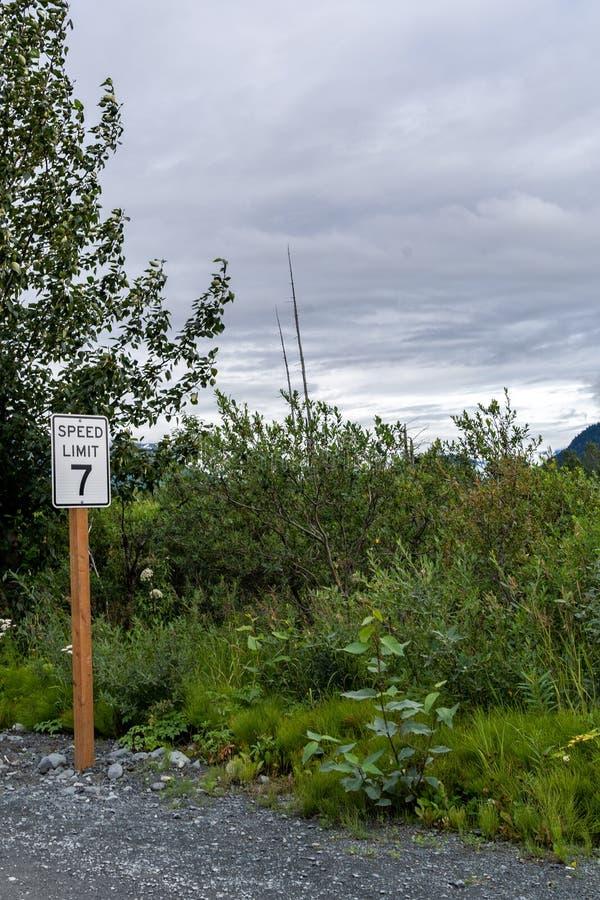 Niezwykły prędkości ograniczenia 7 znak, znaczący pomagać kierowców płacić uwagę wolnej prędkości ograniczenie obrazy stock