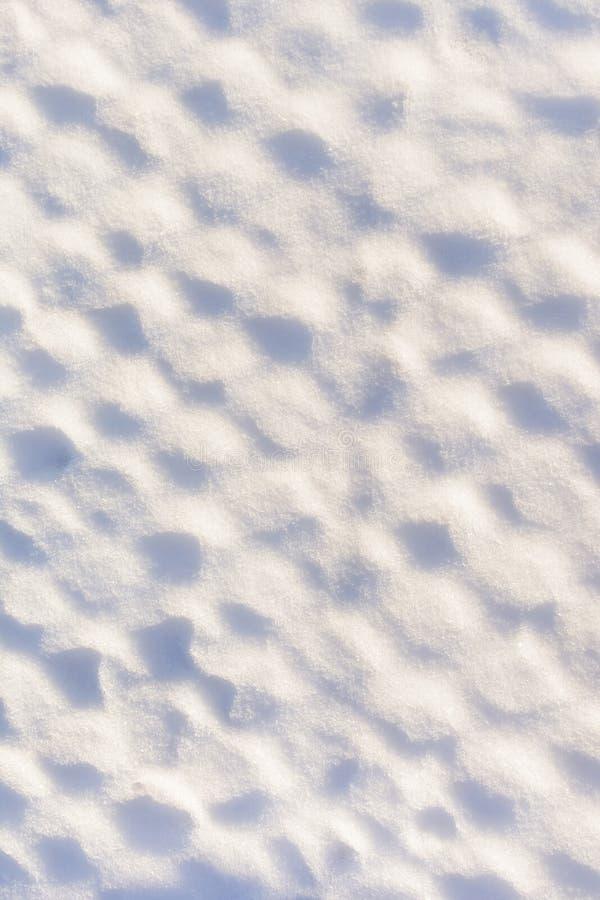 Niezwykły tło Metal siatka zakrywająca z gęstą warstwą śnieg Tekstura śnieg zdjęcia royalty free