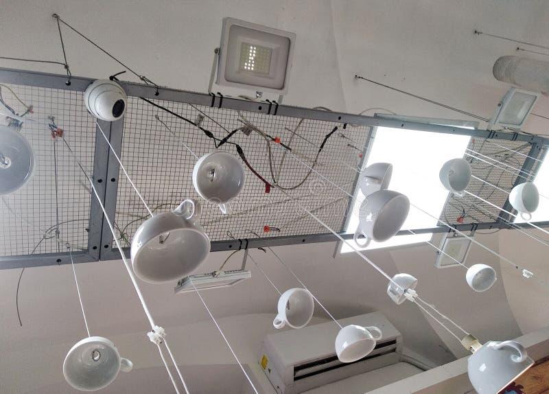 Niezwykły używa filiżanki, filiżanki jako świeczniki zaświecający od improwizujących materiałów, standardu podejście projekt hand zdjęcie stock