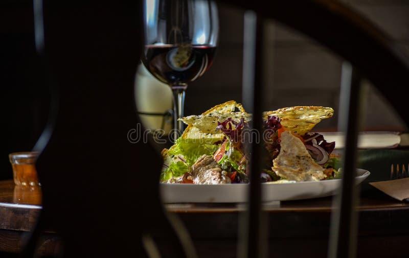 Niezwykły widok dla i sałatki świeżych, smakowitych i czerwień winogradu na stole Jedzenia wciąż życie, domowego kucharstwa przep fotografia royalty free