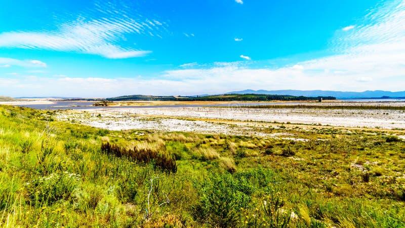 Niezwykle - niski poziom wody w Theewaterkloof tamie która jest ważnym źródłem dla dostawy wody Kapsztad zdjęcie stock