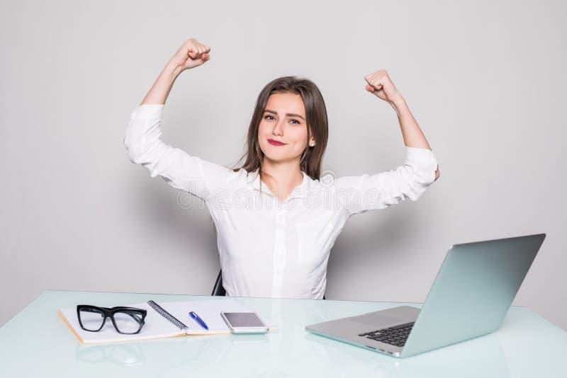 Niezwykle szczęśliwa pojedyncza śliczna młoda biznesowa kobieta patrzeje silny w tle biuro obrazy stock