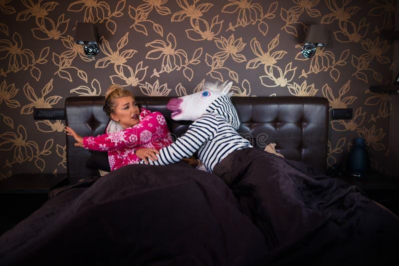 Niezwykli pary związku problemy w sypialni fotografia royalty free