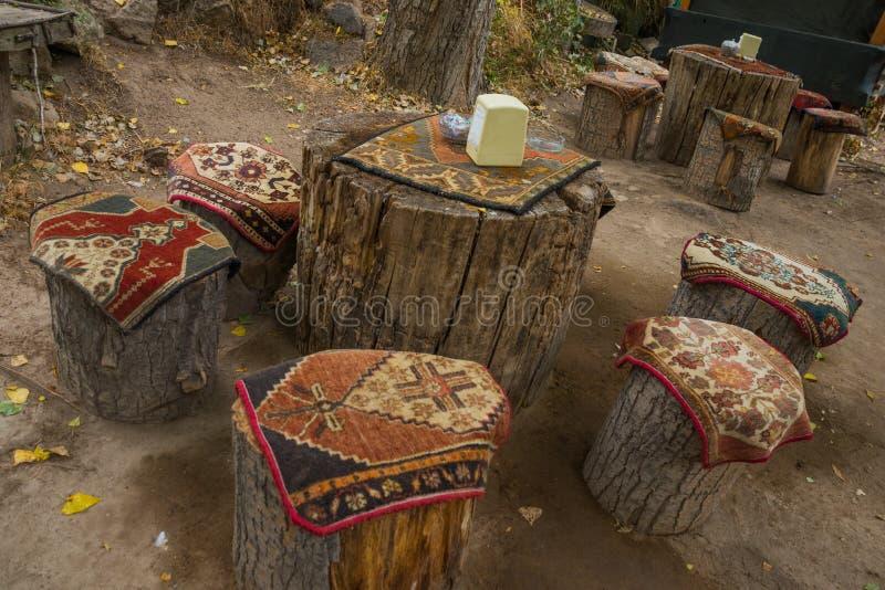 Niezwykli stoły i krzesła robić konopie, na górze tradycyjnych przylądków dywanów z wzorem Cappadocia, Turcja zdjęcia stock