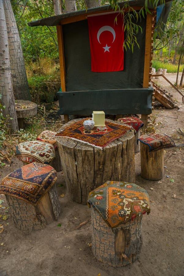 Niezwykli stoły i krzesła robić konopie, na górze tradycyjnych przylądków dywanów z wzorem Cappadocia, Turcja zdjęcia royalty free