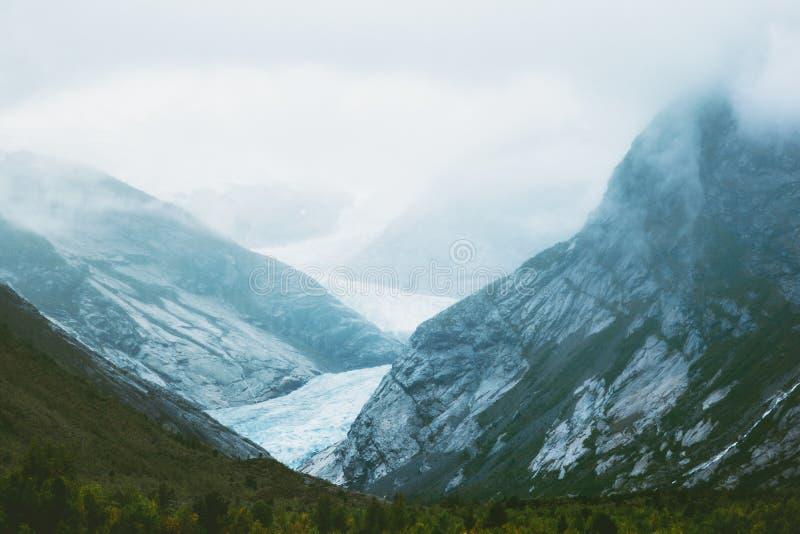 Nigardsbreengletsjer in mistige de Bergen van Noorwegen royalty-vrije stock afbeeldingen