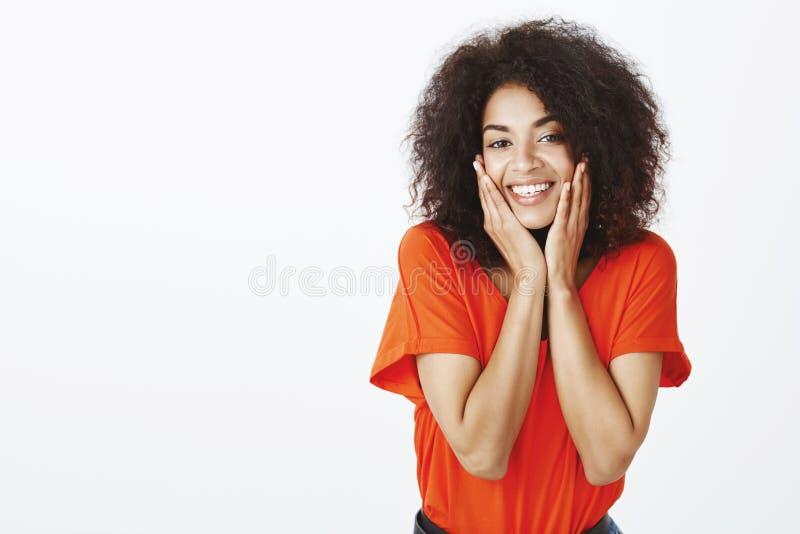Nigdy odczuwany szczęśliwy przedtem Portret beztroska powabna afroamerykańska dziewczyna z kędzierzawym włosy, trzyma ręki dalej obraz royalty free