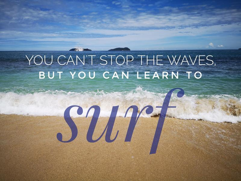 Nigdy Zbyt póżno uczyć się wycenę zachęca twój motywację z oceanu tłem i życie obraz royalty free