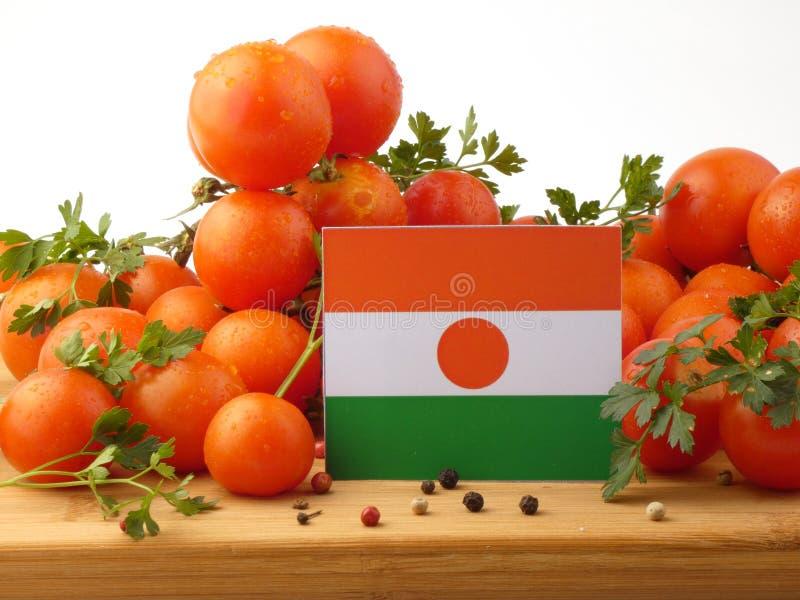 Niger flaga na drewnianym panelu z pomidorami odizolowywającymi na białym b zdjęcie royalty free