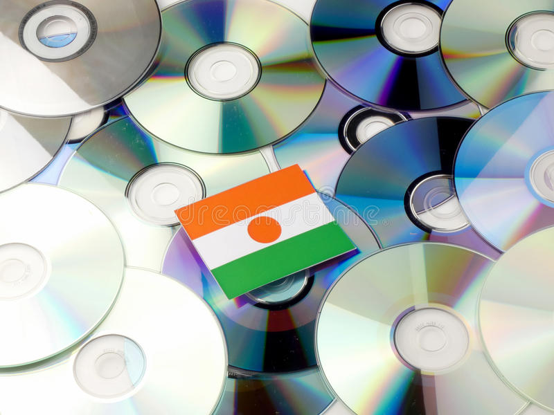 Niger flaga na górze cd i DVD stosu odizolowywającego na bielu obrazy stock