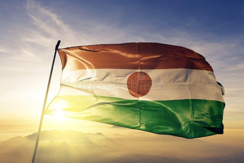 Niger flaga państowowa tkaniny tekstylny sukienny falowanie na wierzchołku royalty ilustracja