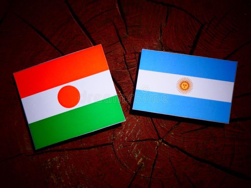 Niger flaga z Argentyńską flaga na drzewnym fiszorku zdjęcia royalty free